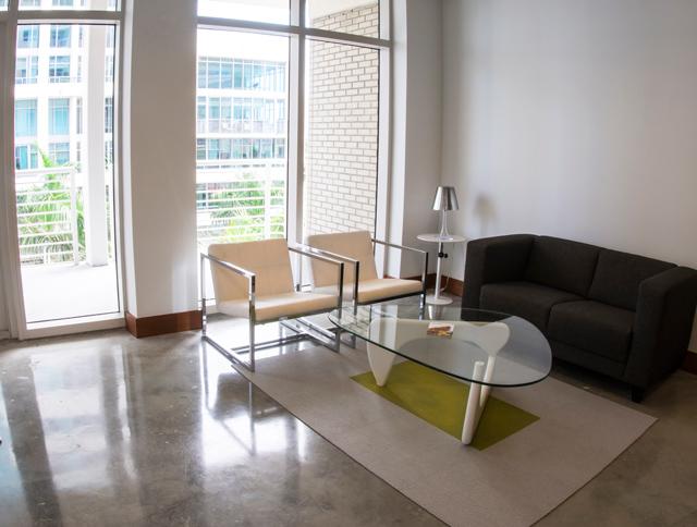 Grått minimalistiskt vardagsrum