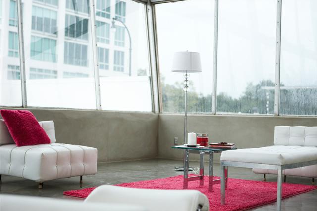 Vardagsrum i vitt och rosa